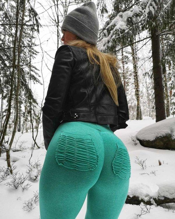 girls ass in yoga pants