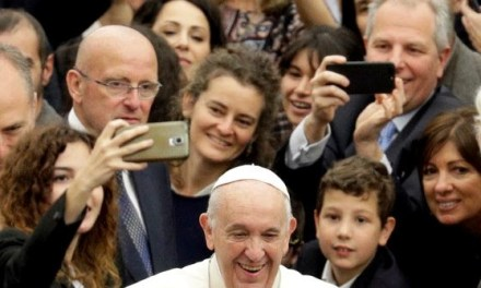 Pope Francis Warns Students of Addictions to Cell Phone Use