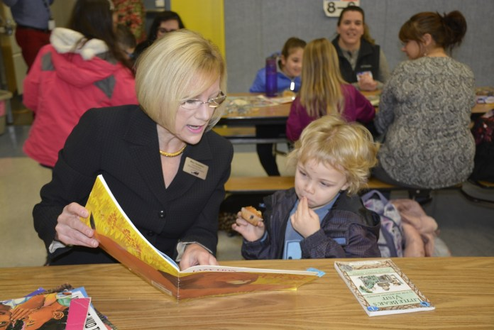 Gause Muffins with Mom - Mary Templeton step in to read with Ewan Nutter, Kindy