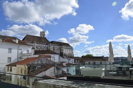 Vista da Universidade de Coimbra e seu relógio, a partir do pátio.