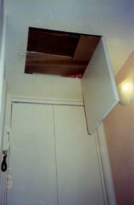 Armário no teto, entre duas vigas, no corredor, junto a entrada do banheiro_depois.