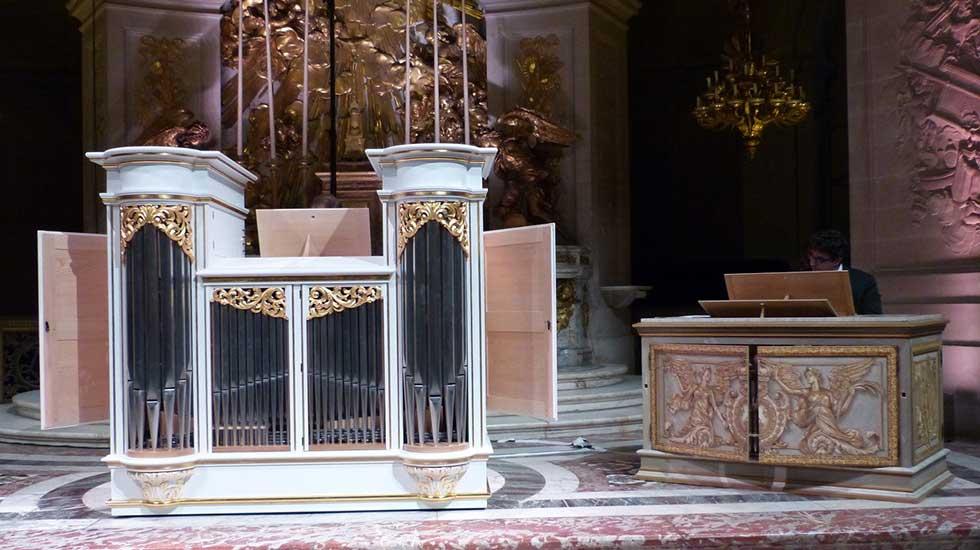 Le nouvel orgue positif, à gauche, et celui existant, à droite