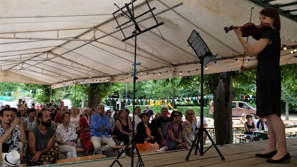 Elise Breton-Ravez face au public du châpiteau du 14 juillet