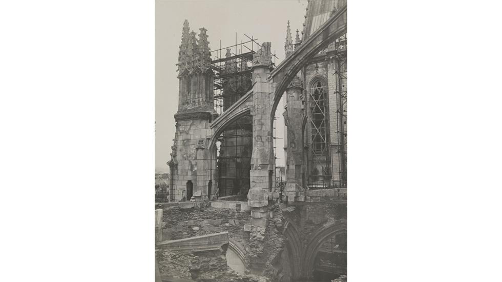 Cathédrale Saint-Pierre de Nantes. Chapelles absidiales sud après les bombardements de 1944