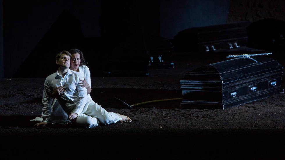 Die Zauberflöte de Mozart dans la mise en scène de Robert Carsen © Emilie Brouchon / Opéra national de Paris Pamina (Nadine Sierra) et Tamino (Stanislas de Barbeyrac) se retrouvent dans le silence des profondeurs de la terre