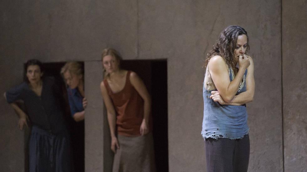 Evelyn Herlitzius (Elektra), prostrée et recluse dans la mise en scène de Patrice Chéreau au Staatsoper Berlin © Monika Rittershaus