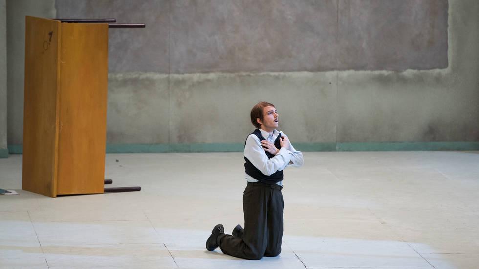 Jeanne au bûcher dans la mise en scène de Roméo Castellucci. Audrey Bonnet est Jeanne © Stofleth