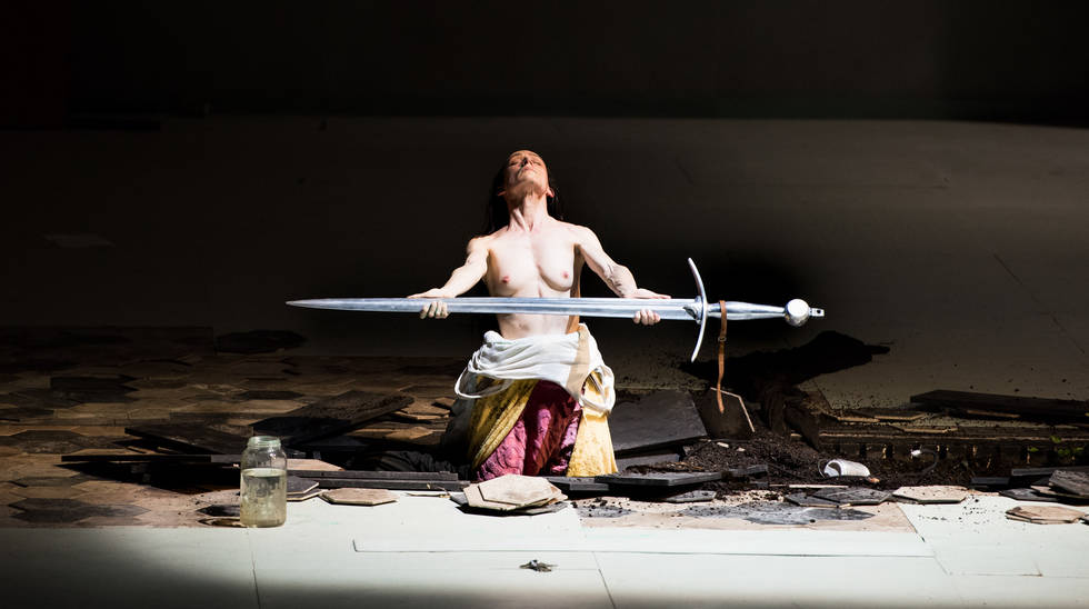 Jeanne au bûcher dans la mise en scène de Roméo Castellucci. Audrey Bonnet (Jeanne) déterre son épée © Stofleth