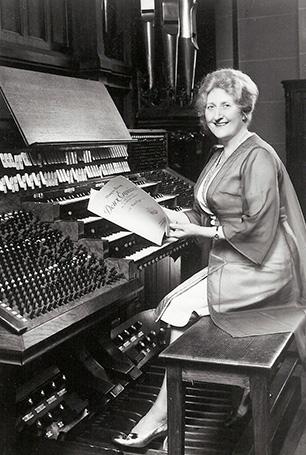 Marie-Madeleine Duruflé à la console de l'orgue de Marcel Dupré à Meudon