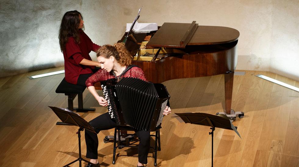 Ambre Vuillermoz, accordéoniste, s'apprête à lancer son premier festival, Les Hivernales en Provence