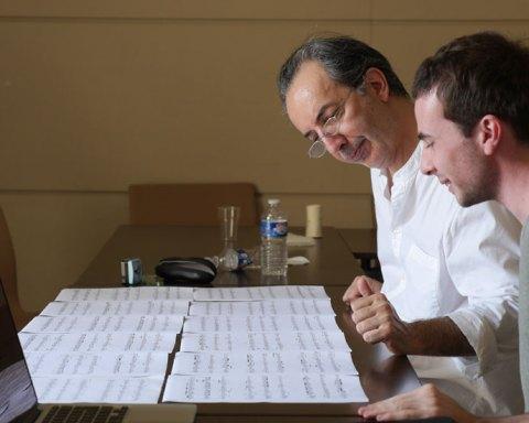 Le compositeur Pierluigi Billone encadrant un élève de l'Académie Voix Nouvelles de Royaumont © Fondation Royaumont