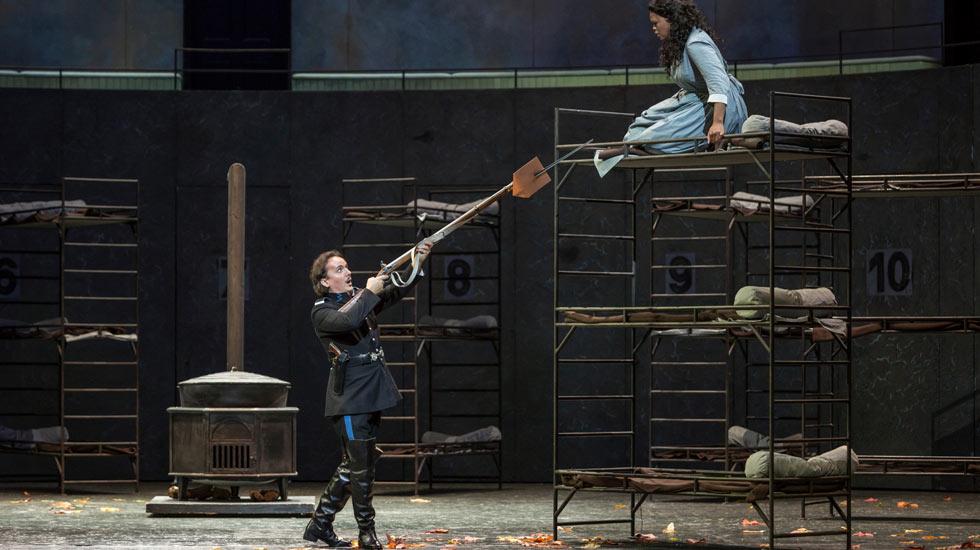 Pretty Yende (Lucia) et Artur Rucinski (Enrico Ashton) dans les répétitions de Lucia di Lammermoor © Sébastien Mathé / Opéra national de Paris