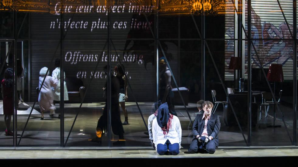 Stanislas de Barbeyrac (Pylade)) et Oreste (Etienne Dupuis) dans la mise en scène de Krzysztof Warlikowski au Palais Garnier © Guergana Damianova / OnP