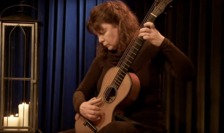 classical guitarist Raphaella Smits playing live