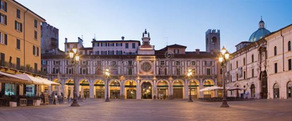 brescia-italië-het-panorama-van-piazza-het-vierkant-van-de-dellaloggia-bij-schemer-73087965