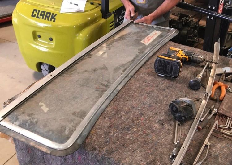 Refabrication de vitrage auto: démontage du cadre sur ce pare-brise feuilleté plat, pour prise de cotes.