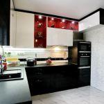 Элегантная кухня с чернобелой гостиной при свете