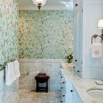 Ванная комната с обоями и светом