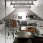 Современная и красивая планировка гостиной на чердаке при свете