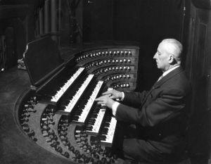 Marcel Dupré jouant de l'orgue