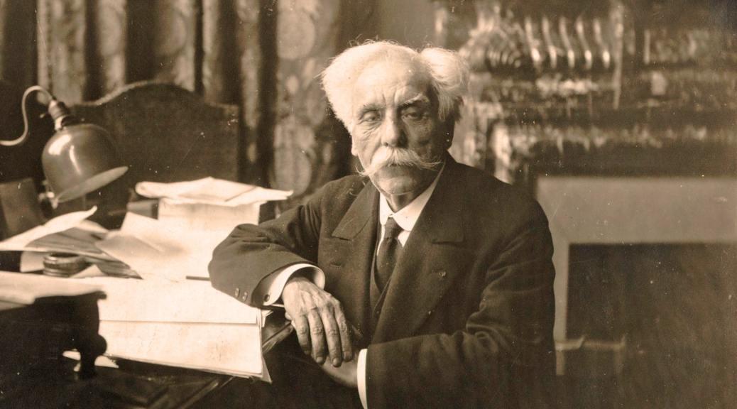 Gabriel Fauré à sa table de travail