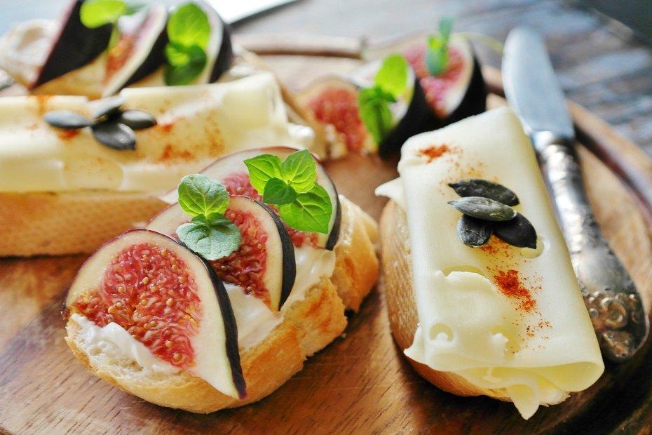 Tartine de fromage et figues