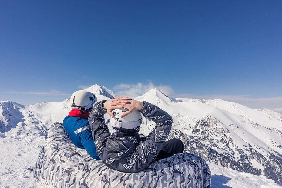 Regarder la montagne enneigée depuis son hamac