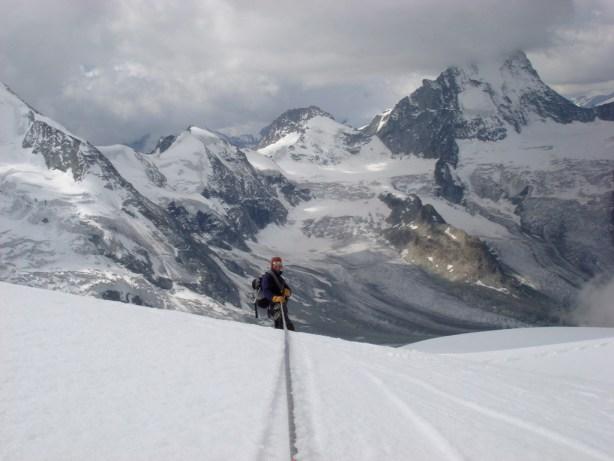Le pont de neige a craqué, mais Christophe assure! splendide vue sur le cirque de Zinal et l'Obergabelhorn