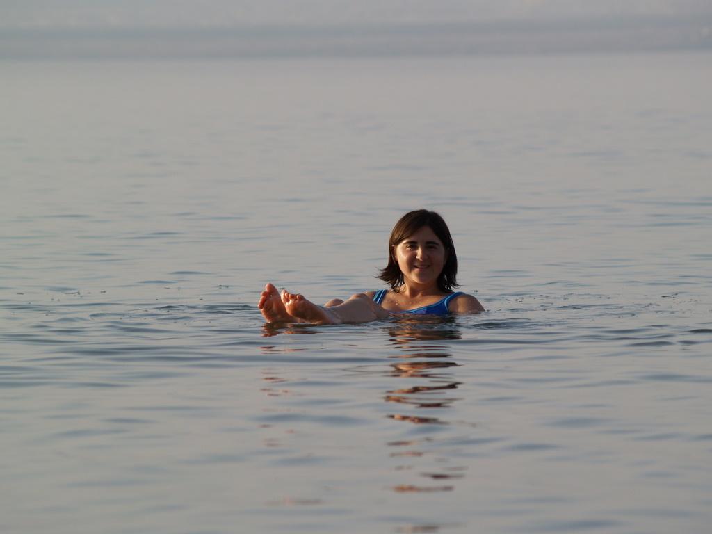 Claudia im toten Meer
