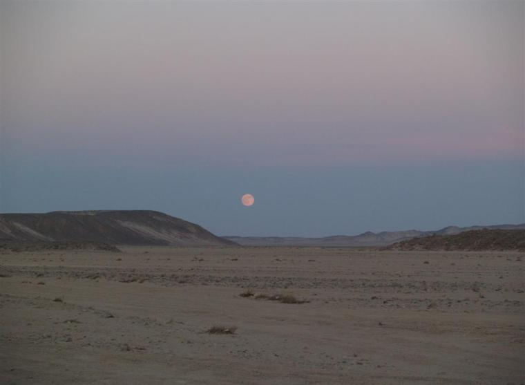 Mond in der Wüste bei Hurghada