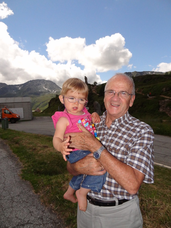 Opa Richard und Laura Maria auf derSimplon Passhöhe
