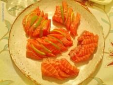 sashimi de salmão com fatias de limão intercaladas