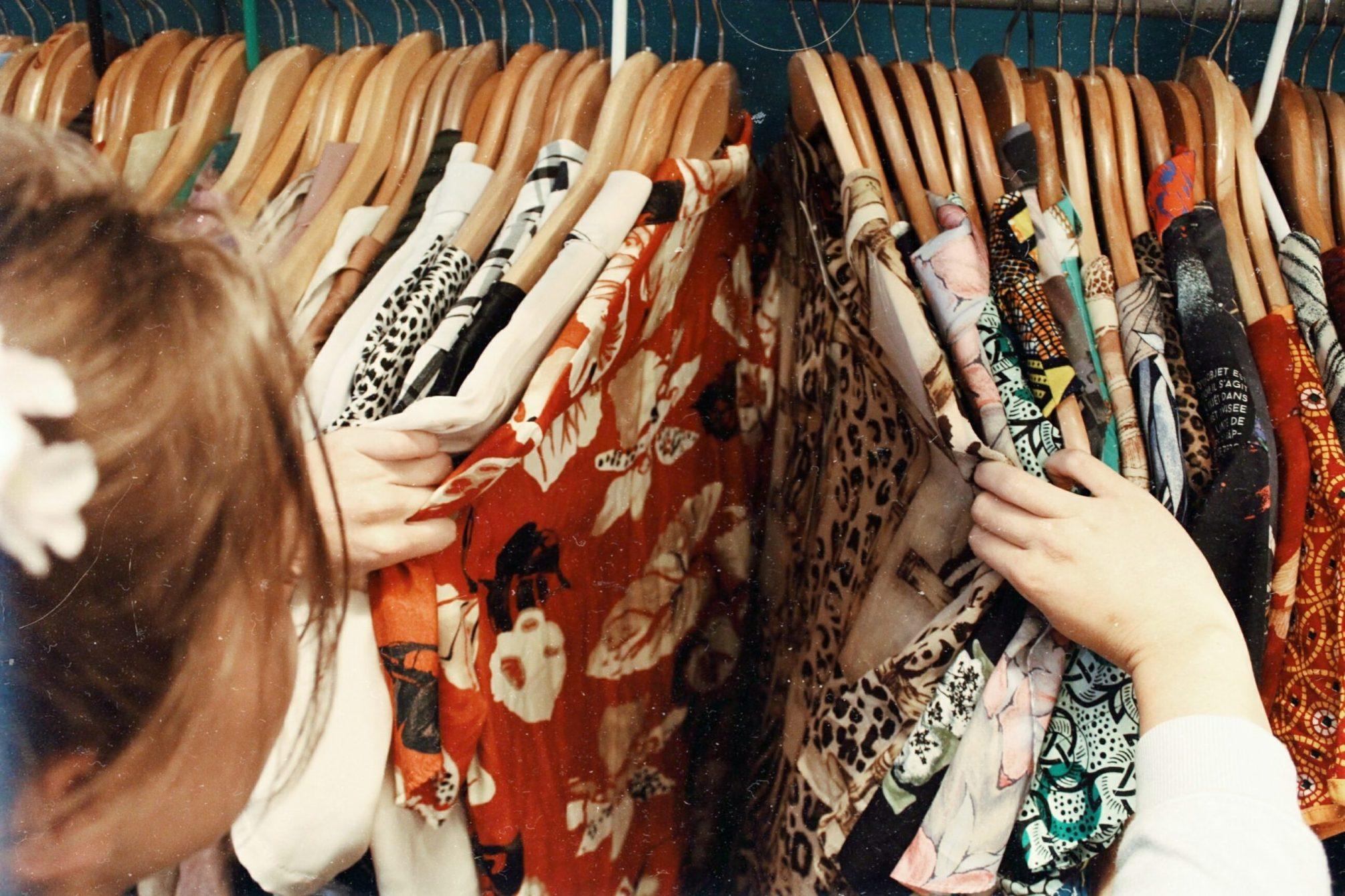Frau sucht Kleider aus