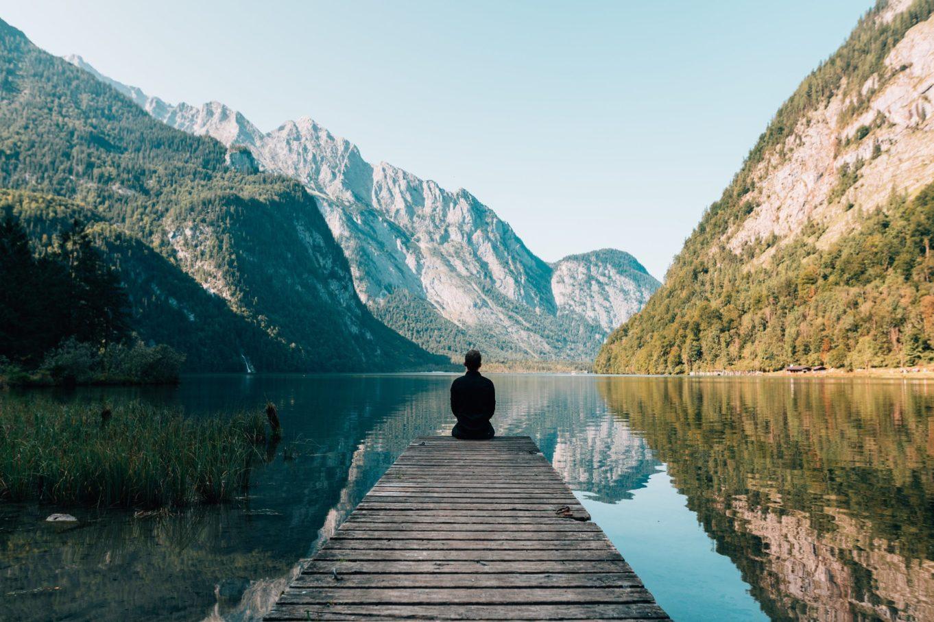 Frau am See meditiert