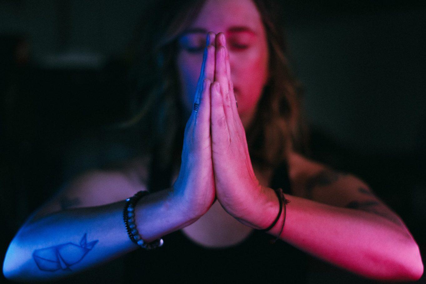 Frau Namaste Hände