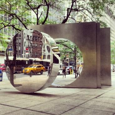"""Sculpture de Yuyu Yang, """"East West Gate"""" (Wall Street Plaza)"""