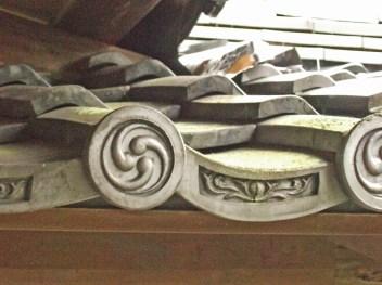 Motif yin et yang sur une toiture traditionnelle
