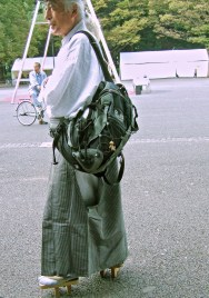 Homme de la ville en tenue traditionnel, chaussé de «geta» (Parc Ueno, Tokyo)