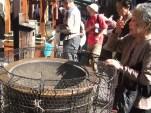 Femme se purifiant avec l'encens (temple à Sugamo, Tokyo)
