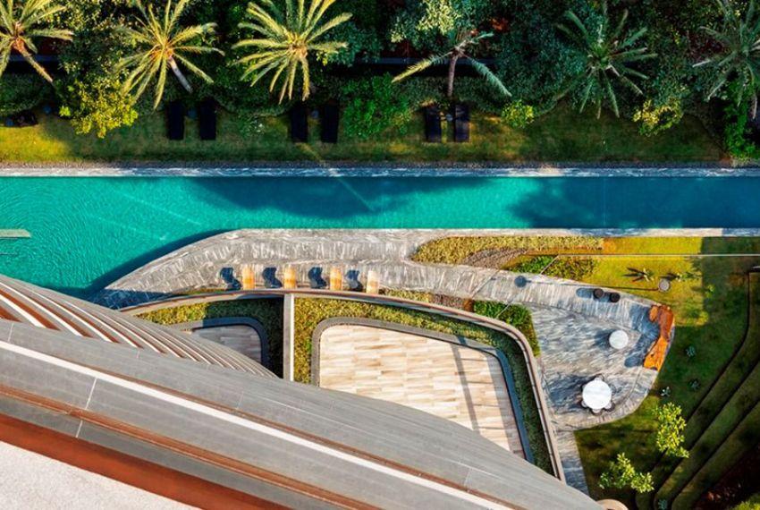 PISCINA com raia de 47 metros, equipada com mobiliário que acompanha o conceito do Cyrela by Pininfarina, com formatos curvilíneos e suaves