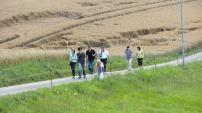 Am späten Nachmittag brachen wir auf zur knapp 5 km langen Wanderung vorbei an weiten Wiesen und Feldern ...