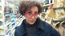 Episodio #1 - Silvia Zavagli nei panni della cassiera. Occhialoni rosa di ordinanza, capello sconvolto e faccia perplessa.