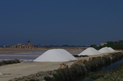 I mucchi di sale ai bordi delle saline, in attesa di essere protetti da una copertura di tegole in cotto. Se penso che questa enorme quantità di sale è stata raccolta tutta a mano...