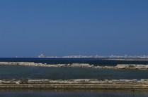 La città di Trapani si protende nel mare, lungo la linea ideale che separa il Tirreno dal Mediterraneo.