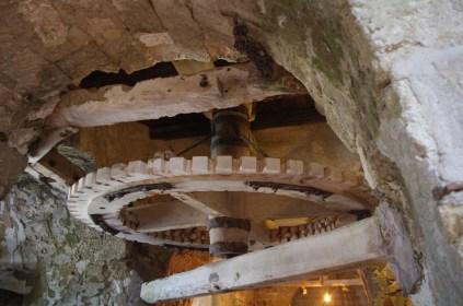I grandi ingranaggi hanno resistito al tempo, all'usura e al sale. Miracoli del legno!