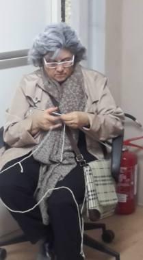 """Paola De Santis allenta la tensione prima che si apra il sipario (""""Il mio amico Salvatore"""", Modigliana 22/04/2016)"""