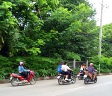 Várias motos dentro da cidade.