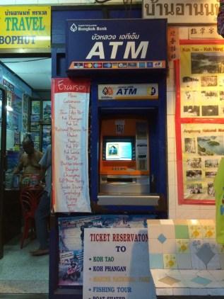 Caixa eletrônico para sacar dinheiro. Além destes caixas você pode comprar Bath nas casas de Câmbio e bancos espalhados na ilha.