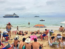 Inúmeros turistas que vieram de navios- Photo by Claudia Grunow