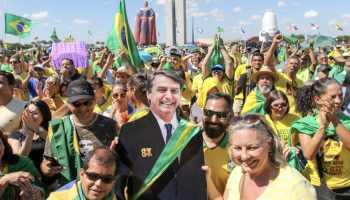 Bolsonaro foi representado na manifestação de Brasília por uma foto em tamanho natural. (Foto: Fabio Rodrigues Pozzebom/ABr)